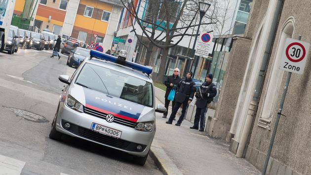 Teile des Linzer Stadtteils Urfahr wurden abgesperrt, Anrainer konnten nicht in ihre Häuser zurück. (Bild: Werner Kerschbaummayr)