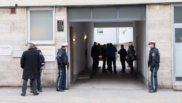 Wohnhäuser in unmittelbarer Nähe zum Tatort wurden durchsucht - in einem versteckte sich der Täter. (Bild: Werner Kerschbaummayr)