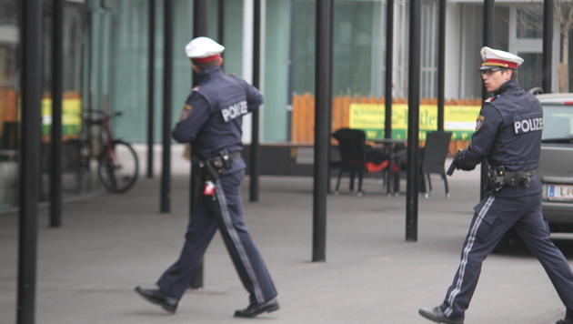 Fast jeder Polizist in Linz war an der Jagd nach dem Bankräuber beteiligt - mit gezogener Waffe! (Bild: Christoph Gantner)