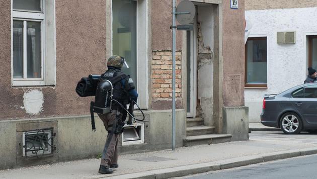 """Auch schwerbewaffnete Spezialkräfte der Sondereinheit """"Cobra"""" fahndete nach dem Täter. (Bild: Werner Kerschbaummayr)"""