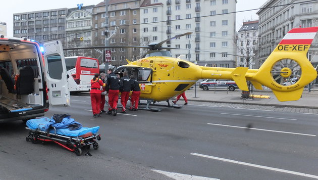 Der Verletzte wurde versorgt und mit dem Hubschrauber ins Spital geflogen. (Bild: ÖAMTC)