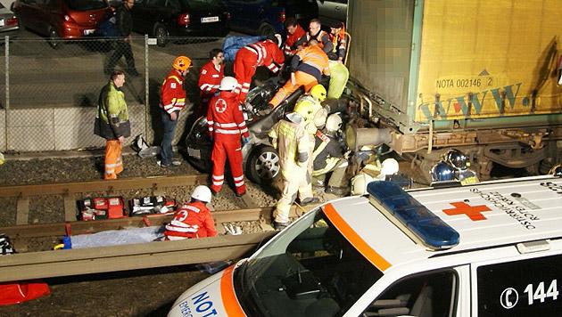 Der 52-Jährige wurde zwischen Auto und Waggon eingeklemmt und erlitt schwere Beinverletzungen. (Bild: Stadtfeuerwehr Hall in Tirol)