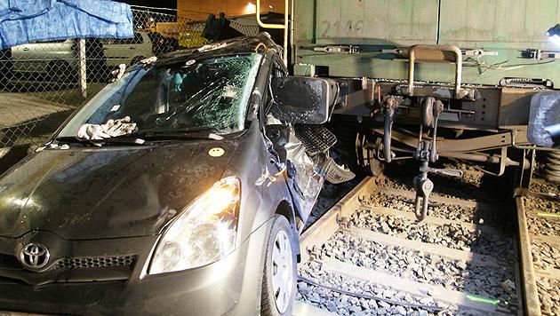 Arbeiter zwischen Auto und Waggon eingeklemmt (Bild: Stadtfeuerwehr Hall in Tirol)