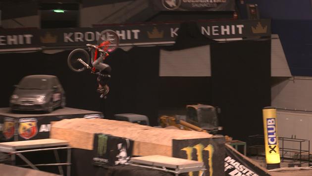 Einmal um die eigene Achse - die Back Flips mit dem Mountainbike erfordern jahrelanges Training. (Bild: krone.tv)