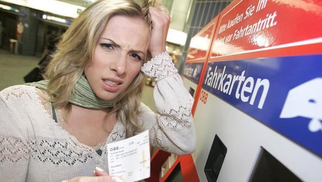Pendler greifen sich an den Kopf: Im Zuge der Steuerreform könnten Öffi-Tickets bald teurer werden. (Bild: Martin A. Jöchl)