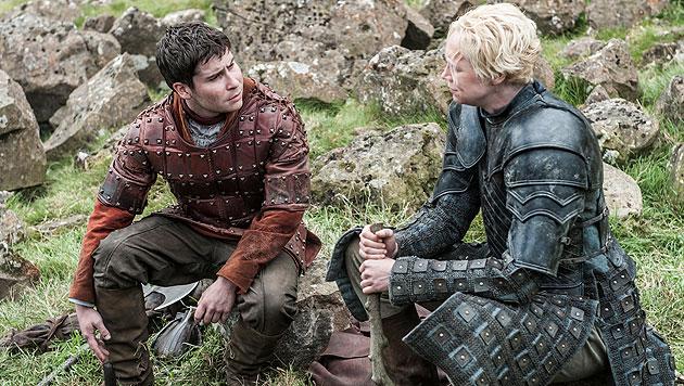 Daniel Portman als Podrick Payne und Gwendoline Christie als Brienne von Tarth (Bild: © © HBO/Helen Sloan)