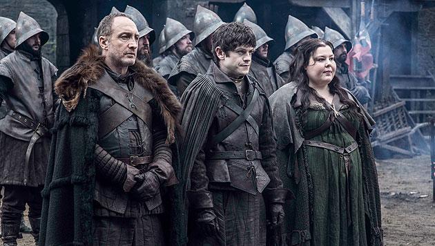 Michael McElhatton als Roose Bolton, Iwan Rheon als Ramsay Bolton, Elizabeth Webster als Walda Frey (Bild: © © HBO/Helen Sloan)