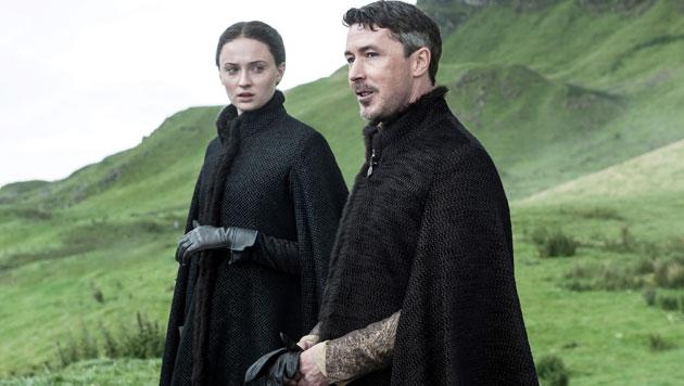 "Sophie Turner als Sansa Stark and Aidan Gillen als Peter Baelish Littlefinger (""Kleinfinger"") (Bild: © © HBO/Helen Sloan)"