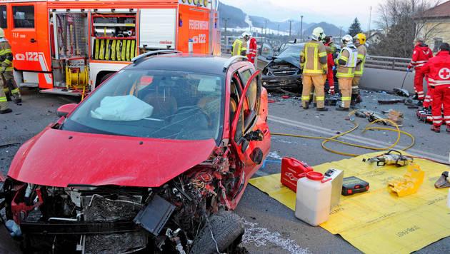 Bei dem Unfall wurden sieben Menschen verletzt. (Bild: APA/ZOOM-TIROL/ZOOM-TIROL)