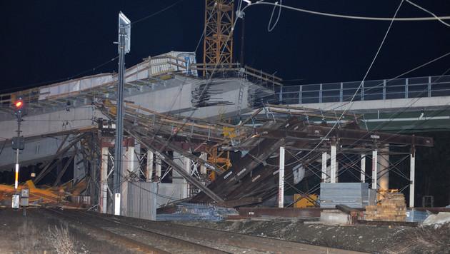 Brückeneinsturz legt Südbahn zwei Wochen lahm (Bild: APA/S. ULLRICH)