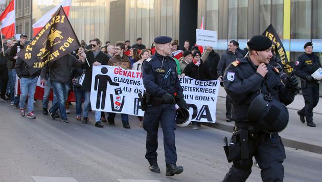 """Ein Großaufgebot der Polizei war beim Pegida-""""Spaziergang"""" in Linz im Einsatz. (Bild: APA/RUBRA)"""