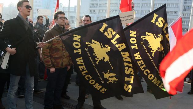 Rund 100 Menschen nahmen an der zweiten Pegida-Kundgebung in Linz teil. (Bild: APA/RUBRA)