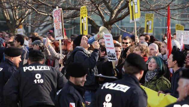 """Rund 1.800 Menschen nahmen in Linz an der Pegida-Gegendemo des Bündnisses """"Linz gegen Rechts"""" teil. (Bild: APA/RUBRA)"""