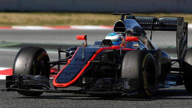 Alonso-Crash bei Tests: Entwarnung um Superstar (Bild: APA/EPA/TONI ALBIR)