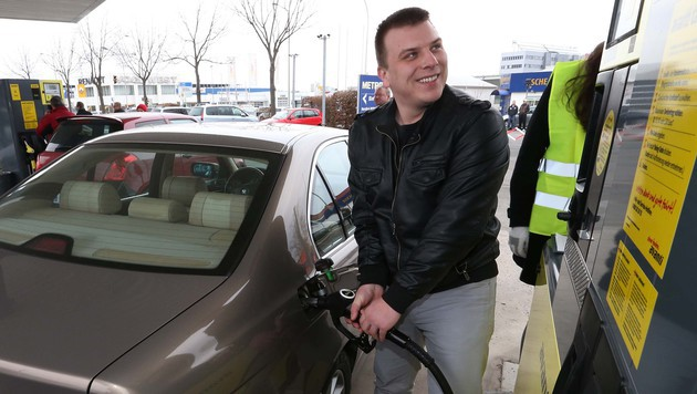 Billiger Sprit lockte Hunderte Autofahrer an (Bild: Jürgen Radspieler)