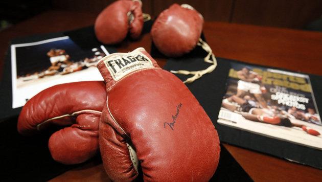 Diese Boxhandschuhe sind fast eine Mio. Euro wert (Bild: AP)