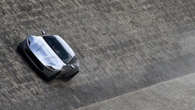 Der Aston Martin DB10 beim Action-Dreh am Tiberufer in Rom (Bild: APA/EPA/ANGELO CARCONI)