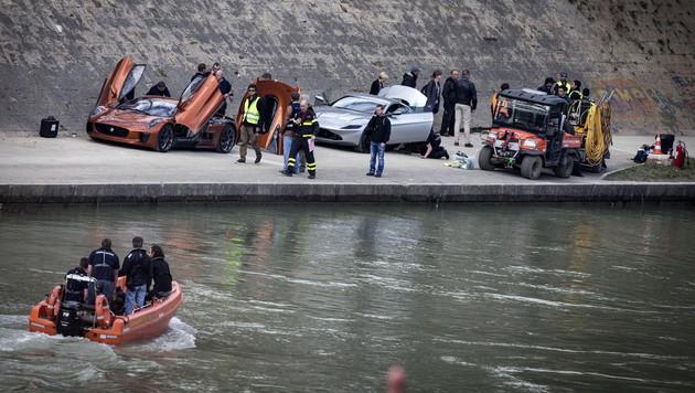 Die Bond-Crew bereitet die Luxus-Boliden für eine Action-Szene vor (Bild: APA/EPA/ANGELO CARCONI)