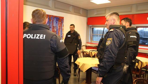 Vier Polizisten bewachten im ORF-Landesstudio den Störenfried, der sich in der Kantine aufhielt. (Bild: Christoph Gantner)