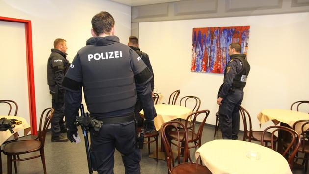 Die Beamten der schnellen Eingreiftruppe der Polizei legten zu ihrer Sicherheit Schutzwesten an. (Bild: Christoph Gantner)