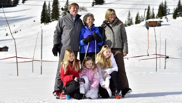 Hollands Königsfamilie urlaubt wieder am Arlberg (Bild: APA/EPA/KOEN VAN WEEL)