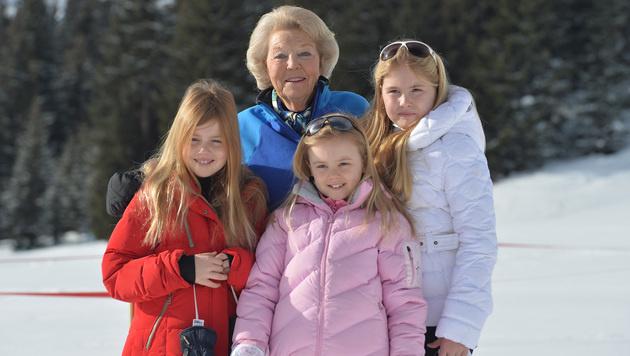Beatrix mit ihren Enkeltöchtern (Bild: AP)