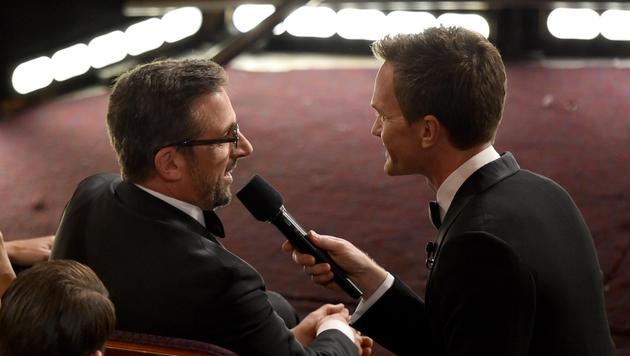 Neil Patrick Harris nimmt Steve Carell auf die Schaufel und fragt ihn, ob er ein Platzhalter sei. (Bild: AP)