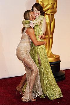 Jennifer Aniston umarmt Emma Stone. (Bild: AFP)