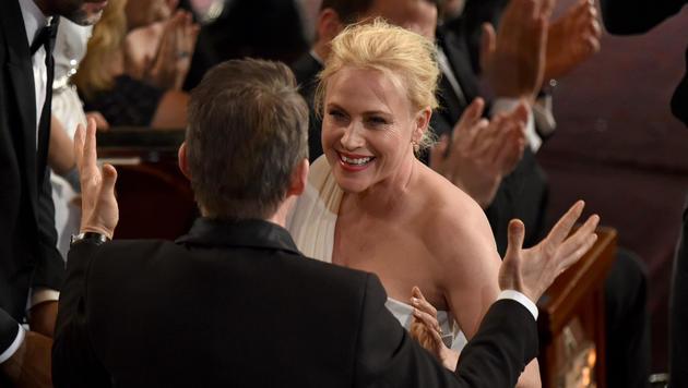 Ethan Hawke gratuliert Patricia Arquette zu ihrem Oscar. (Bild: AP)