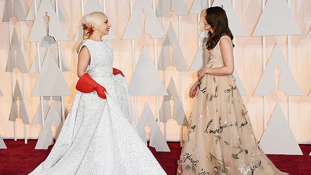 Lady Gaga begrüßt Keira Knightley. (Bild: AFP)