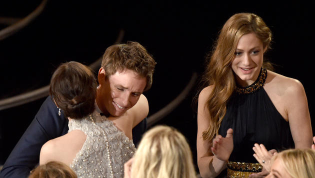 Felicity Jones umarmt Eddie Redmayne. (Bild: AP)