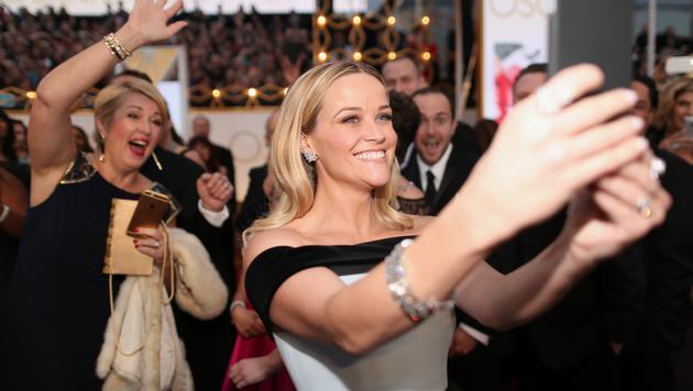 Reese Witherspoon knipst ein Selfie von sich. (Bild: AFP)