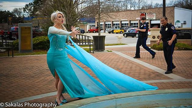 Die alarmierten Polizisten schreiten ein, Elsa versucht zu fliehen. (Bild: Sakalas Photography)