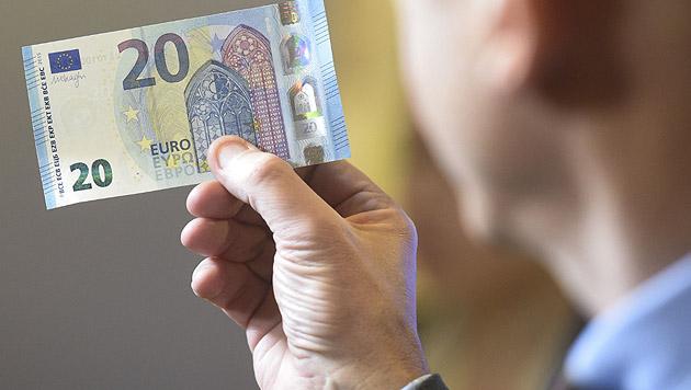 Neue 20-Euro-Banknoten im Umlauf (Bild: APA/HELMUT FOHRINGER)
