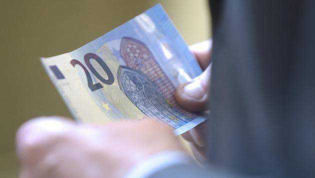 So sieht der neue 20-Euro-Schein aus (Bild: APA/HELMUT FOHRINGER)