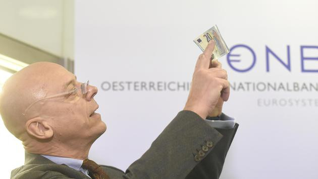 OeNB-Direktor Kurt Pribil präsentiert die neue 20-Euro-Banknote. (Bild: APA/HELMUT FOHRINGER)
