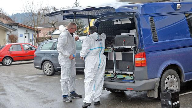 Beamte der Spurensicherung vor Ort (Bild: Hermann Sobe)
