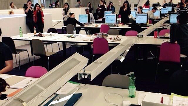 """Zwischenfall in der Wirtschaftsuni - die Beleuchtung krachte auf die Lesetische. (Bild: """"Krone""""-Leserreporter Benedikt H.)"""
