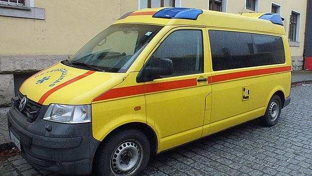In dieses Rettungsauto wurden 16 Illegale gepfercht. (Bild: Polizeiinspektion Freyung)