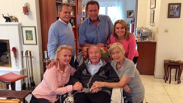 So viel Zeit muss sein! Arnold und Freundin Heather im Kreise der Familie Gerstl in Graz. (Bild: privat)