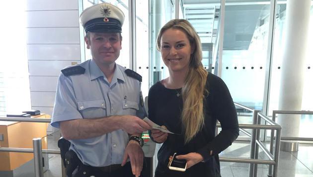 Vonn vergisst Pass - Polizei hilft am Flughafen (Bild: twitter.com)