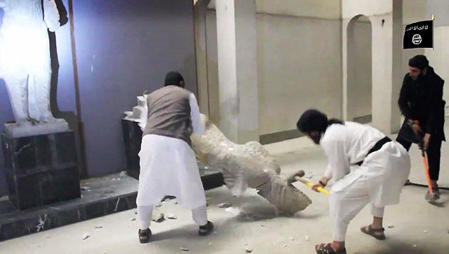 Dschihadisten-Wut gegen die Kunstschätze im Museum von Mossul (Bild: AP)