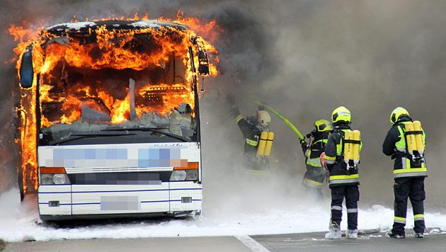 Bei den Löscharbeiten wurde ein Feuerwehrmann verletzt. (Bild: NÖN)