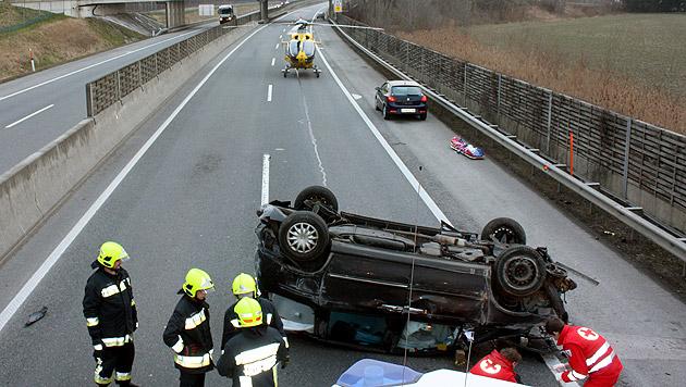 Auto überschlug sich - eine Tote, drei Verletzte (Bild: APA/STADTFEUERWEHR TULLN/UNBEKANNT)