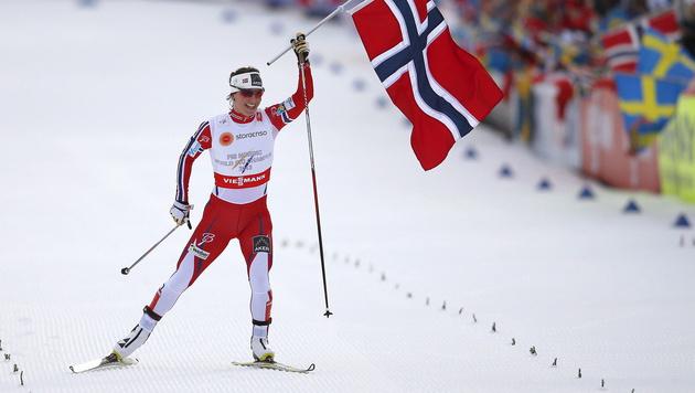 Björgen lief als Staffel-Schlussfrau zum WM-Rekord (Bild: APA/EPA/PETER KLAUNZER)