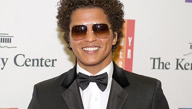 Bruno Mars' Assistent darf dem Sänger auch mal die Nase putzen. Wie einst die Mama! (Bild: APA/EPA/RON SACHS/POOL)