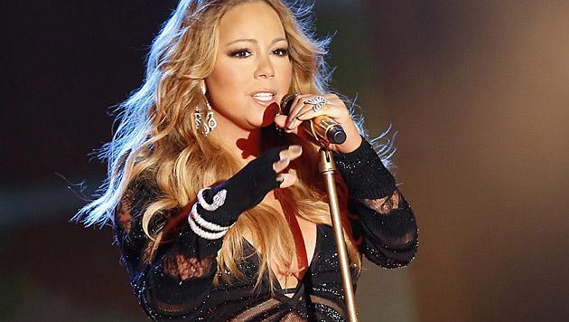Mariah Careys Assistent hat viele Aufgaben: Getränke halten, Busen drapieren, sie aufs Sofa heben... (Bild: APA/EPA/SEBASTIEN NOGIER)