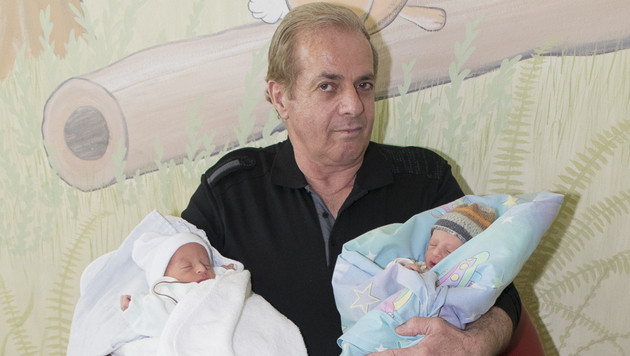 Der stolze Vater präsentierte im Klinikum Wels seine kleinen Zwillingssöhne Eldion und Elmedin. (Bild: Klinikum Wels)