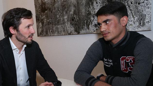 Caritas-Generalsekretär Klaus Schwertner im Gespräch mit dem Flüchtling Ahmad (Bild: Zwefo)