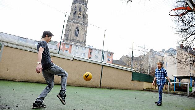 Lärmschutzmaßnahmen sollen beim Sportplatz für Ruhe sorgen. (Bild: Markus Wenzel)